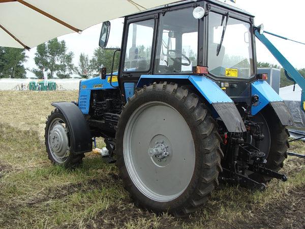 MTZ-1221-uzkaya-rezina